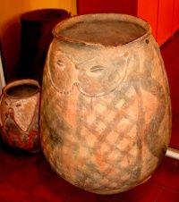 Urna funeraria de la cultura Hualfín (museo de Belén, pcia. de Catamarca).