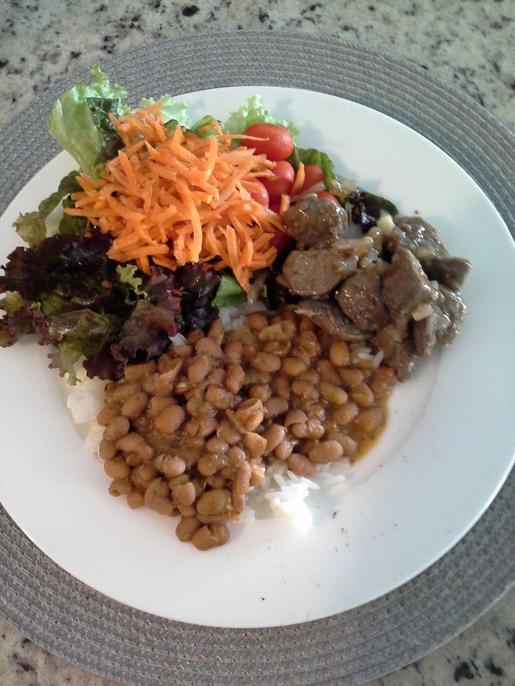 A nutricionista pediu e eu obeço: todos os dias salada, proteina, carboidrato e grão.  Filé mignon ao molho madeira, feijão, arroz, salada de folhas e cenoura.