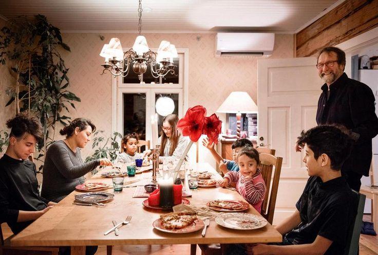 Vaikka molemmilla perheillä on omat asuinkerrokset, usein silti syödään yhdessä. Kuvassa on koko talon väki: Ameer (vas.), Zeinab, Asil, Saga, Anas, Shoq, Hussain ja Kai.