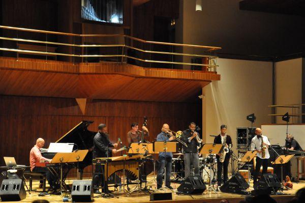 El Auditorio Nacional de Madrid, dentro de su ciclo anual de conciertos de jazz, ofreció el domingo 13 de noviembre de 2016 uno de los hitos mundiales de la jazzística actual. El San Francisco Jazz…