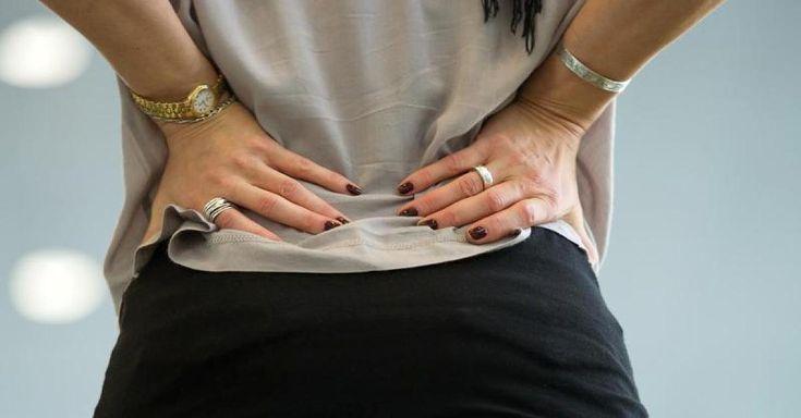 Der sogenannte Piriformis-Muskel verläuft am Ischiasnerv vorbei. Ist er aufgrund von Stress oder langem Sitzen verhärtet oder entzündet, drückt er auf den Ischias. Die Folge: helle, stechende Schmerzen in Hüfte, Gesäß und Beinen. Immer öfter kommen Patienten mit diesen Symptomen zum Arzt. Das Video zeigt drei Übungen, die die Schmerzen lindern.