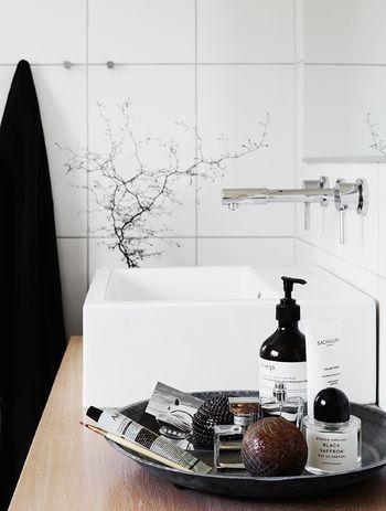 洗面台に置くのなら、トレイを使ってまとめてみましょう。それだけでもすっきりした印象になります。お掃除も楽にできますね。