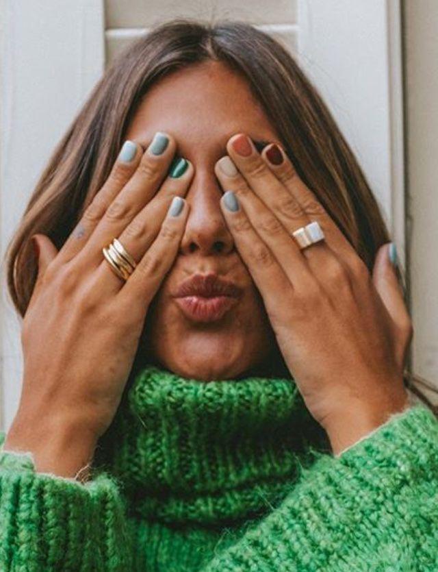 Ich liebe ihre Nägel! Pop von Farbe und hübschen Ringen. Getragen mit einem hellgrünen