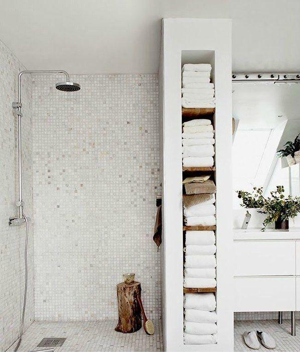 Иногда пространство, которое казалось совсем бесполезным, может сослужить хорошую службу. Например, если в ванной имеются небольшие ниши или свободное место на стене у ванной, его удобно задействовать для хранения мыла и полотенец. А чтобы интерьер не казался скучным, то эти же бытовые предметы могут выступать в роли декора.
