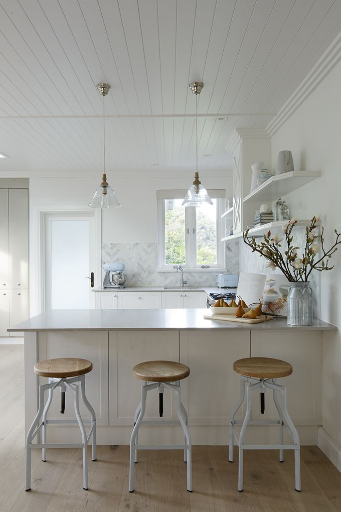 HAMPTONS: a neutral colour scheme of classic white Shaker doors and Clam Shell Caesarstone benchtops. Featuring: • Cabinetry in Shaker Matt White & Newbury Chamois • Caesarstone® benchtops in Clam Shell with 20mm edge • Hettich InnoTech Drawer System