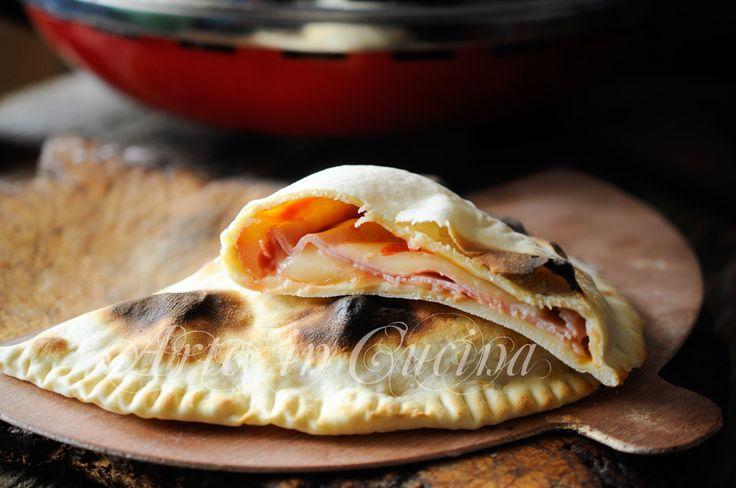 Calzone flatbread farcies avec l'art de vickyart Ferrari four dans la cuisine