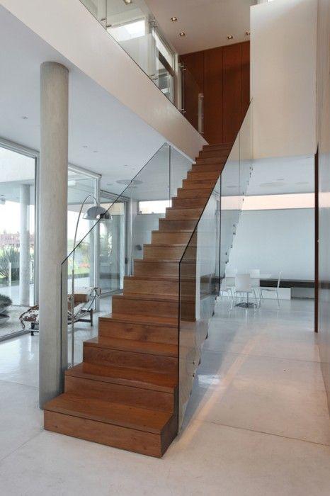 Otra técnica viene siendo la incorporación de la luz natural alrededor de la escalera. Para las casas con desniveles que pueden ser laberínticas y por ende oscuras, mantener el espacio abierto alrededor de la escalera es una excelente opción.