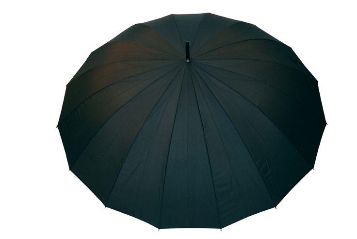 Dżentelmen o imieniu Karol Marka Kulik słynie ze swoich eleganckich parasoli dla mężczyzn, jednak model Karol to esencja klasycznego szyku mody męskiej. Duża czasza, charakterystyczna dla modeli typu golf, została podzielona na 16 części. Ów podział powoduje, że czarna elegancja czaszy parasola Karol nabiera nonszalancji. Standardowe parasole mają o połowę mniej klinów, więc 16-częściowa czasza zdecydowanie wyróżni się z tłumu. #umbrella #parasol #kulik