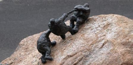 Keld Moseholm: Bjergklatrere, Horne Skole - http://www.skulptur-faaborg.dk/Skulptur-Faaborg/Horneskole_files/shapeimage_3.png