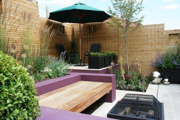 muret pourpre, barbecue portable et brise-vue en lattes de bois sur la terrasse