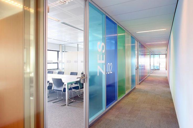 Kleurrijke kantoorruimte door folie op de glazen wanden. #Intermontage #IBPInterieurbouw