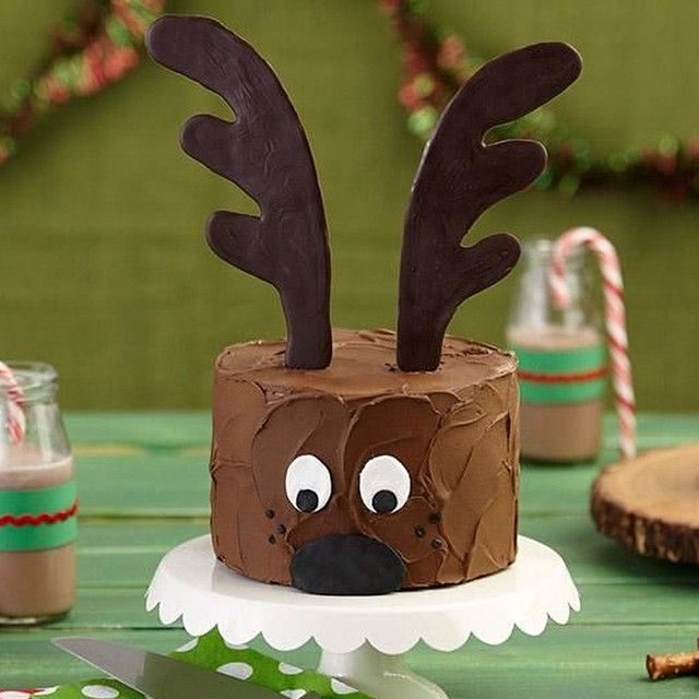 Christmas #Reindeer Cake topped with giant antlers made with #pretzel rods and Dark Cocoa Candy Melts Candy. How-to link in our profile. #cake #christmascake #cakedecorating #candymelts #christmas