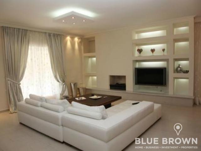 Στη Βουλιαγμένη πωλείται διαμέρισμα 140 τ.μ., 3ου ορόφου, με 3 υπνοδωμάτια, 3 μπάνια, σαλόνι με τζάκι, μπαλκόνια σε όλα τα υπνοδωμάτια, πάρκινγκ,  κοντά στην πλατεία Βουλιαγμένης...