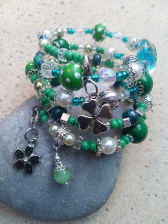 """""""Ballade Irlandaise"""" est un bracelet fil mémoire de 4 rangs original comprenant des strass, des perles nacrées, perles de rocailles, des perles en pâte polymère avec 3 pampille - 19416576"""