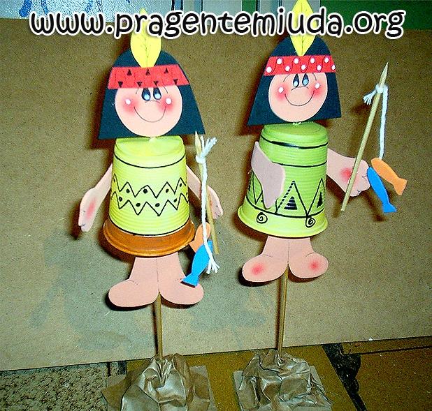 INDIOZINHOS FEITOS COM COPO DESCARTÁVEL    Esta é mais uma sugestão de atividade para o Dia do Índio, feita com copos descartáveis... gamei! Chame a turma e coloque todo mundo pra se divertir, brincar e fazer arte!!! APRENDA A FAZER NO LINK!!!     http://www.pragentemiuda.org/2013/04/indiozinhos-feitos-com-copos.html