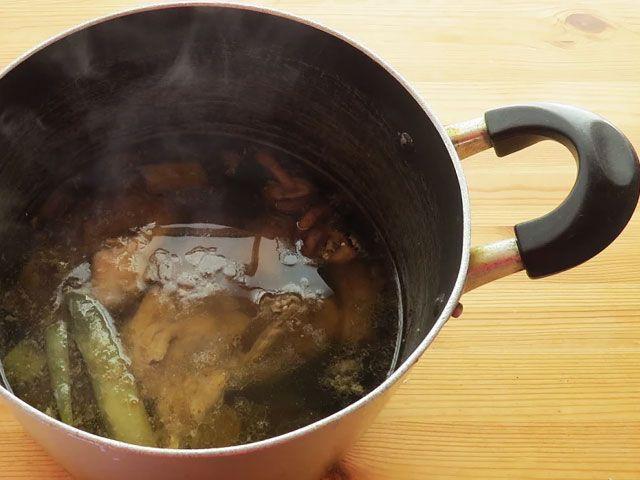 中華料理やラーメンに欠かせない基本の鶏がらスープの取り方から、煮立てて白濁させた鶏白湯/パイタンスープの作り方まで。 臭み消しに使う野菜や野菜クズ、煮込み方など、おいしい鶏がらスープのレシピを誰でも簡単に作れるように画像で追いながら詳しく掲載。