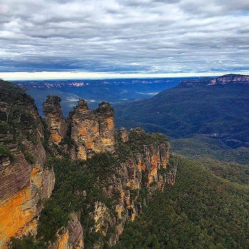 Hotels-live.com/pages/hotels-pas-chers - Now here's an iconic view that we never tire of seeing! The #ThreeSisters are part of the Greater #BlueMountains World Heritage Area in @visitnsw and can be easily reached by car or train from Sydney. The one kilo