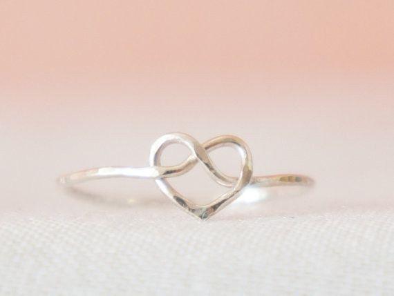 チャーミングでシンプル。ハートのなかに秘かにデザインされたインフィニティは決して離れることのない愛情の繋がり(knot)をデザインしました。こちらのリングはス... ハンドメイド、手作り、手仕事品の通販・販売・購入ならCreema。