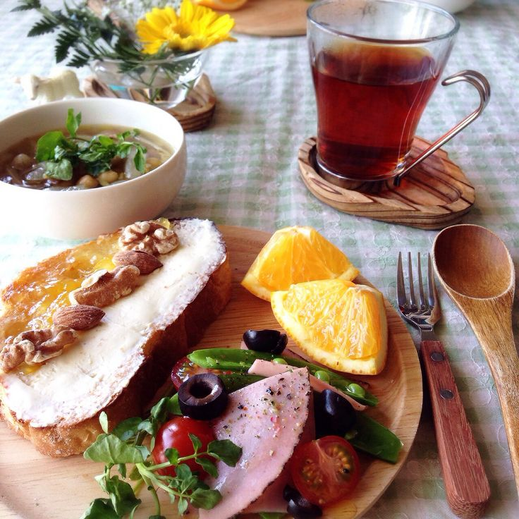 朝ごはん。セロリとゴボウとひよこ豆のスープ、クリームチーズ&マーマレードのタルティーヌなど。