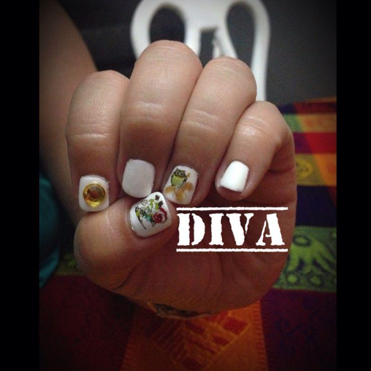 Uñas naturales con esmaltado en gel color blanco, decorado con naturaleza blanca y tatto de buho. #Diva #Veracruz #Nails #Uñas #Blanco