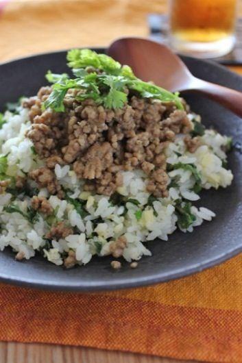 肉そぼろは、豚ひき肉を生姜とグリーンカレーペーストとナンプラーで炒めたもの。 ご飯は、豆の炊き込みご飯に刻んだパクチーをたっぷり混ぜました。 - 20件のもぐもぐ - タイカレー肉そぼろのせパクチー豆ごはん by ouchi7