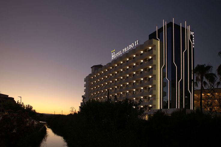 Para la rehabilitación del nucleo alto del Hotel Prado II en Peñíscola se ha escogido un muro cortina con sistema R50SG. Perfiles para lineas de luz en fachada