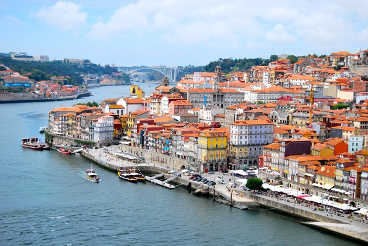 Premier jour : Matinée En guise d'entame (musclée!) à la visite de Porto, gravissez les marches de la Torre dos Clérigos. Après avoir embrassé la ville du regard, rendez-vous au Centro Português de...