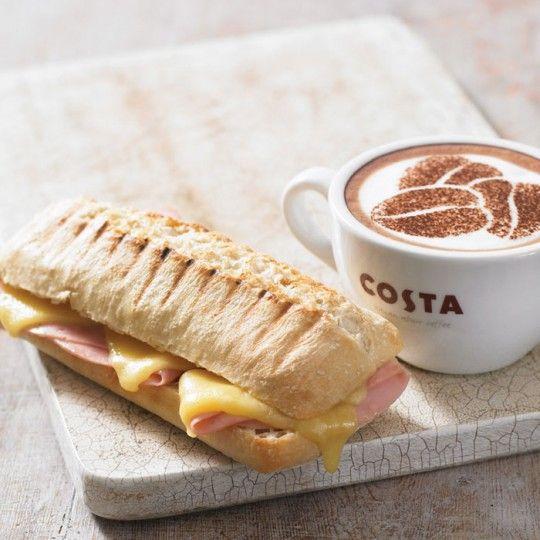 Perfektní kombinace sladkého a slaného - panini šunka sýr a cappuccino v Costa Coffee.
