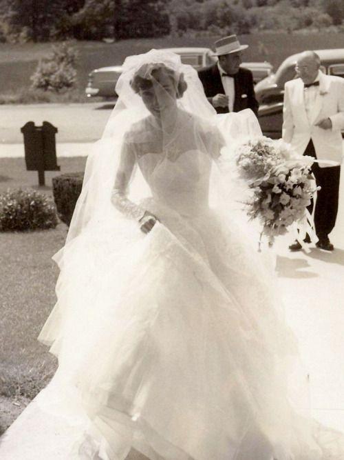thefullerview: My Mom - Betty Lou Fuller - Gisteren zij en papa vierden hun 59ste huwelijksverjaardag.  Deze foto van mijn moeder het invoeren van de kerk is altijd een favoriet van mij geweest .. David Fuller