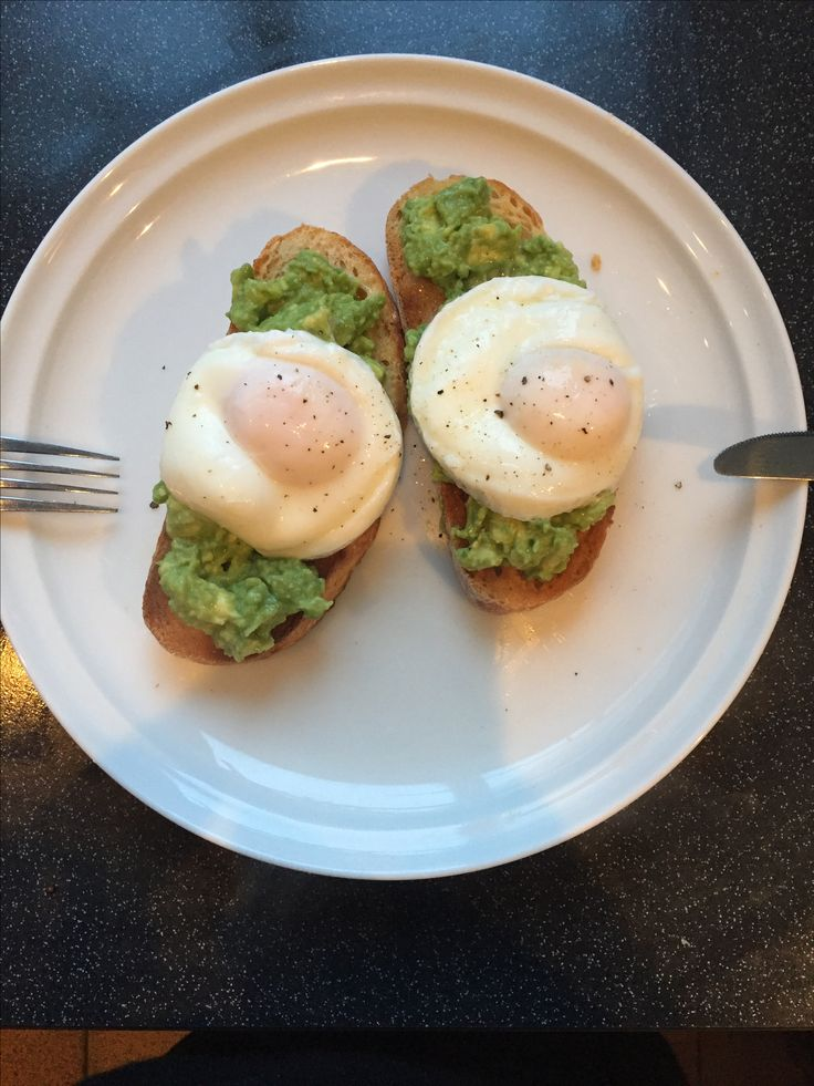Perfecting me sourdough, lime and avocado smash and poached egg combo this morning. Feels nutritious and filling on this grey morning