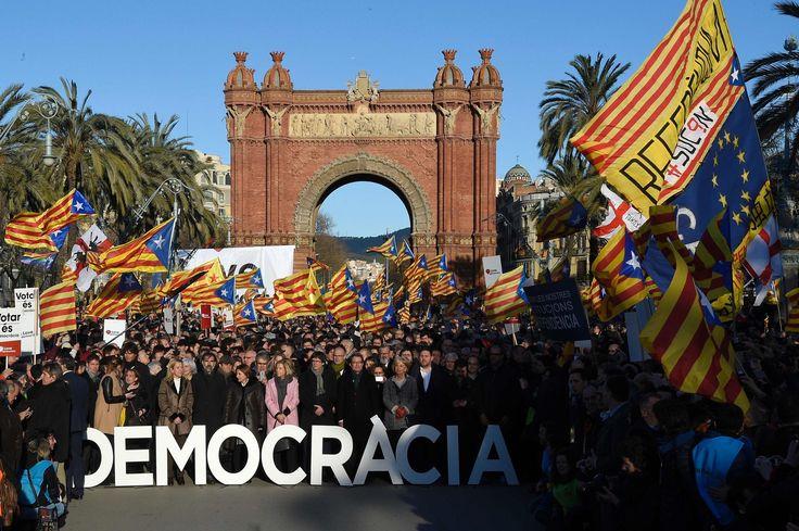 L'ancien président de la Catalogne, Artur Mas doit comparaître ce lundi devant la justice. Il lui est reproché d'avoir organisé un référendum sur l'indépendance de la région alors que la justice le lui avait interdit.