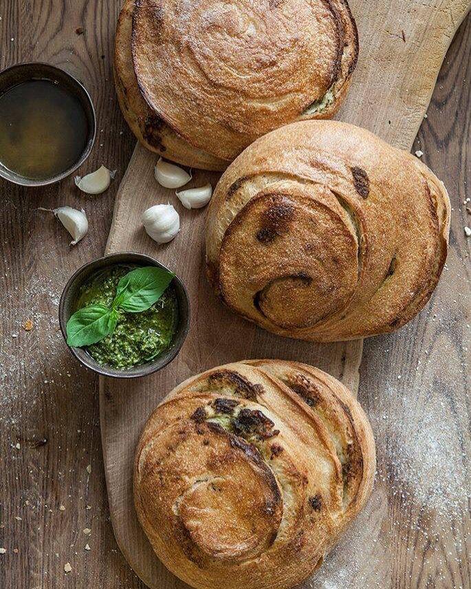 De Lente is nu echt begonnen! Daar past ons basilicum knoflookbrood heel erg goed bij! Heerlijk gedraaid brood van 'campremy' tarwe, verse basilicum en gepofte knoflook. Proef hem deze hele week op de proefplank in onze winkels!