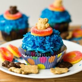 Your kids will loves these teddy graham cupcakes!  Perfect for an edible summer craft or swim party!