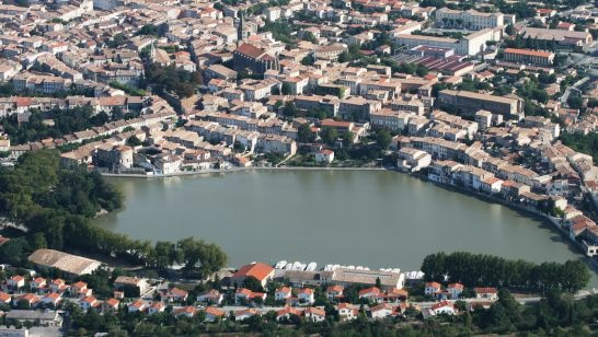 Castelnaudary - Castelnaudary seduces us with its earthy fragrances and invites us for a calm stroll to the Canal du Midi or into the green hills of Lauragais.