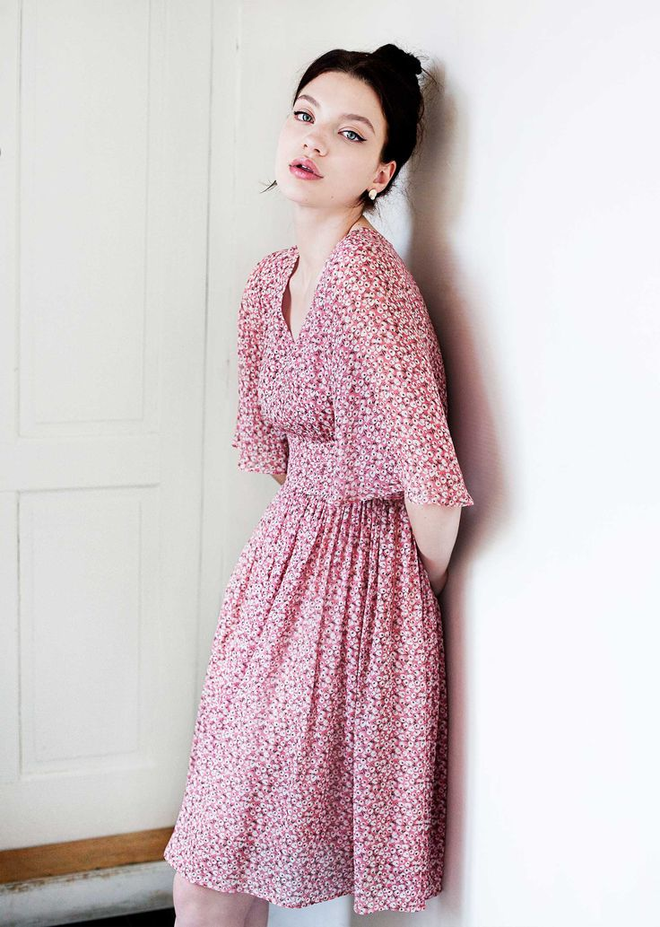 Carrie dress - dusty rose - easy and flowing, this dress features a V-neckline, elegant flared sleeves and a fitted waist, which highlights and flatters the feminine shape. The design is adorned by the delicate, romantic print.