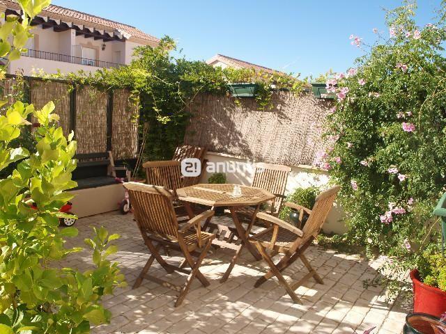 M s de 25 ideas incre bles sobre patio delantero en pinterest puertas delanteras valla - Suelos para jardines pequenos ...