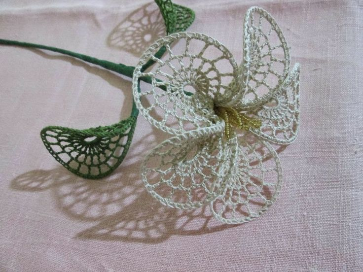 tra un punto e l'altro: TUTORIAL FIORE UNCINETTO....needs translation for the free tutorial;but there is a diagram and pictures....a very lacy flower!