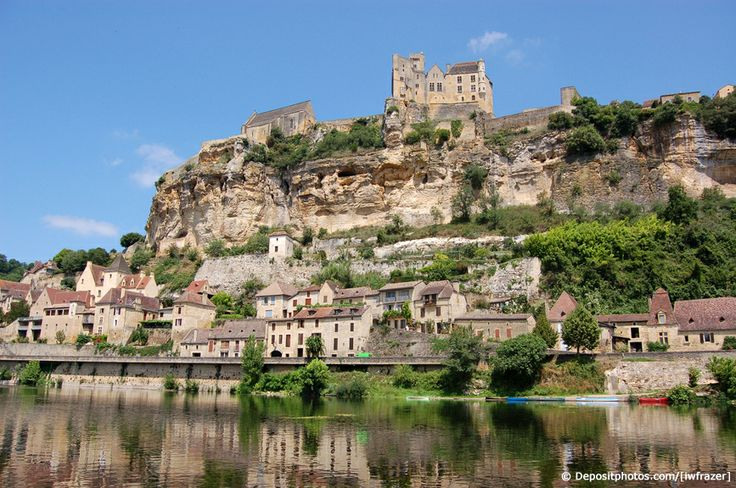 Sur les bords de la Dordogne, le petit village de Beynac dans le Périgord. Forteresse médiévale,rivière, village et château.. Le mieux c'est d'y aller ! Cliquez sur la photo pour découvrir un grand choix de location #dordogne #beynac #france #vacances