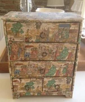 Oud stoffen ladekastje met bijzondere print