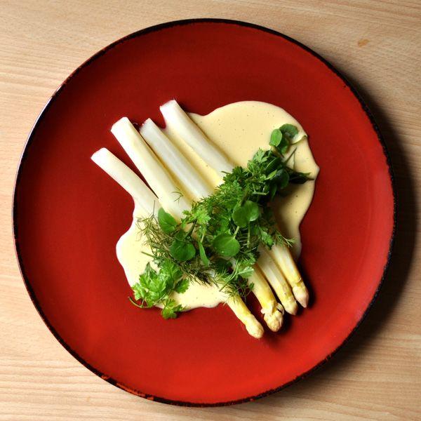 Hvide asparges med sauce mousseline - Arla® Unika