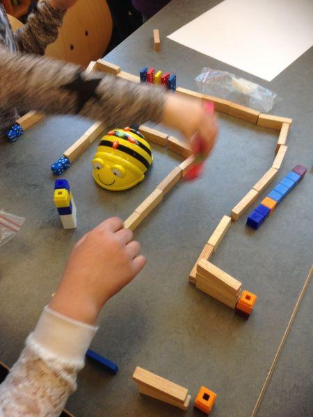 Barn programmerar bin (Bild Susanne Jönsson)