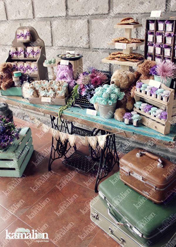 www.kamalion.com.mx - Mesa de Dulces / Candy Bar / Postres / Evento / Menta & Morado / Mint & Purple / Rustic Decor / Dulces / Vintage / Madera / Lecheros / Maletas / Bautizo / It's a gril / Osos / Teddy Bear / Clock / Máquina de coser.