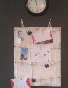een kaarten/foto/tekeningen wandhanger helemaal zelf gemaakt!!!!in de winkel ideeen opgedaan maar vond de bestaande dingen te klein of te duur dus zelf maar aan de slag,gemaakt van jute,verf en een canvas doek