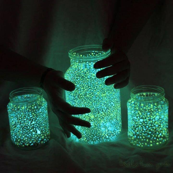 Ingredientes: - Pote de vidro pequeno ou médio,Tinta fluorescente, Pincel,Água. Pinte  pequenos pontos dentro do pote; - Deixe o pote sob luz natural ou artificial, para que ele brilhe no escuro. Notas: esse tipo de tinta normalmente é à prova d'água, por isso tome um cuidado especial para não manchar suas roupas (depois que a tinta seca, é quase impossível tirá-la). O mesmo vale para o pincel, que deve ser lavado assim que você terminar de usá-lo