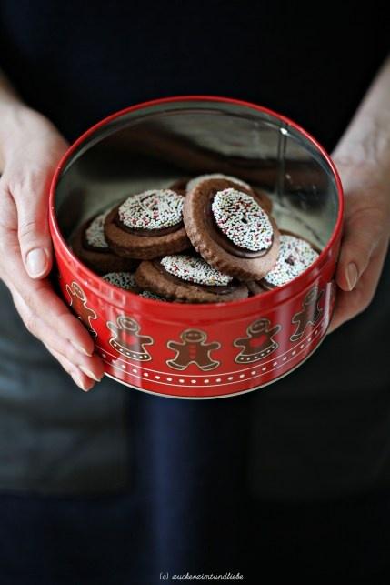 rotwein-schoko-kekse mit nonpareille-kränzen