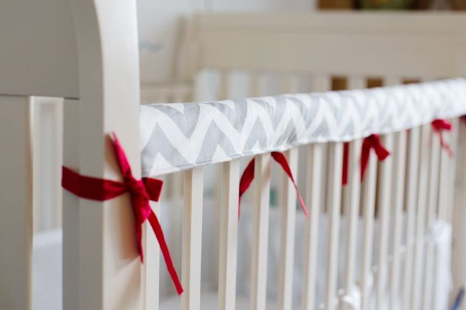 Easy DIY fabric crib teething rail guard tutorial suitable for beginners.