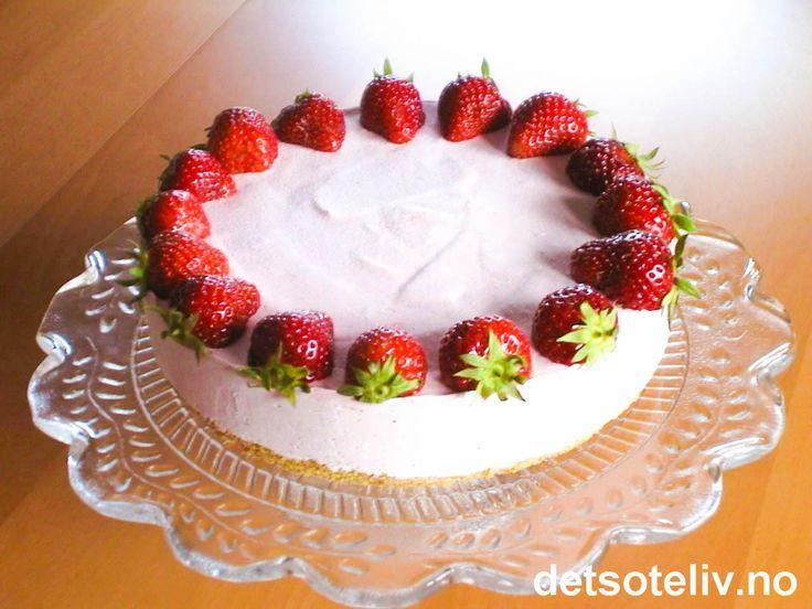 Dette er en liten og usedvanlig nydelig iskake med markant jordbærsmak. Kaken ser lekker ut når den pyntes med friske jordbær, men selve isen lages med frosne jordbær. Du kan derfor lett trylle frem sommerstemningen også utenom jordbærsesongen.