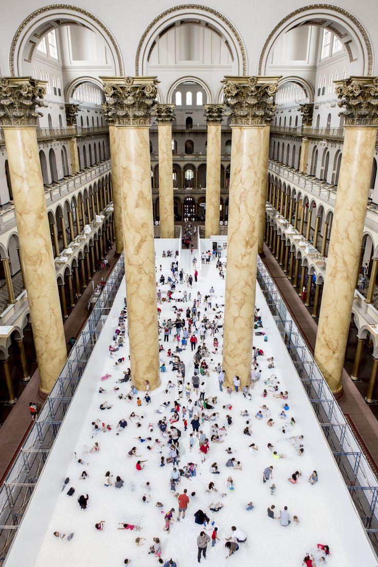 Snarkitecture transforma o National Building Museum em uma enorme piscina de bolinhas