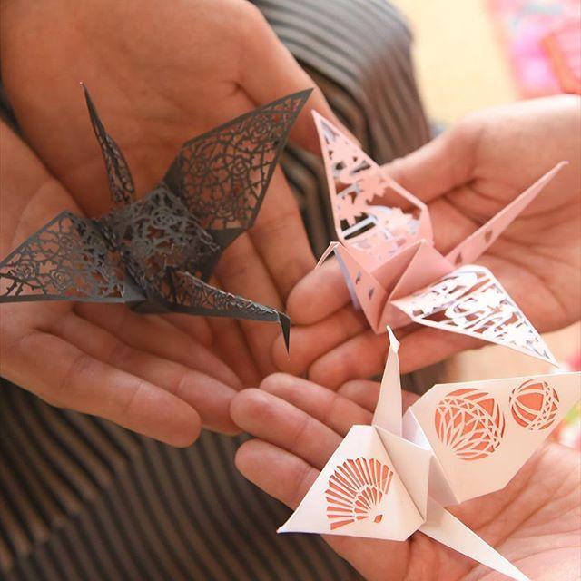 和装アイテムレポ♡ 切り紙折り鶴は、薔薇・川を流れる桜・鞠と扇の3種類作りました♪ この子たちは、型紙付きの切り紙の本を購入、カラーコピーして(切れてしまったら使えないので…)複製しました♡ 和装にぴったりの柄で作って良かったです♪ カメラマンさんも鶴アップで写真を撮ってくれましたヽ(´∀`)ノ  #結婚式準備#プレ花嫁#華雅苑 #西千葉 #こだわり #長襦袢 #前撮りアイテム #和装#和装前撮り #前撮りアイテム #折り鶴#切り紙#切り紙折り鶴#デザインカッター#和室#花扇子#扇子ブーケ#ネイル#春ネイル#婚約指輪#結婚指輪#半襟#0611組#6月挙式#20160611