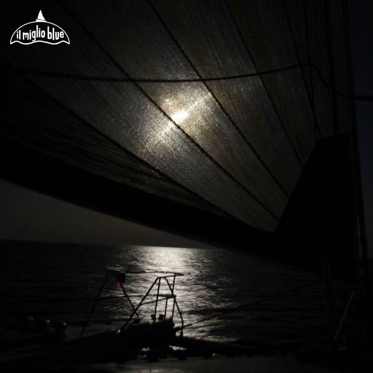 Quando la notte non e' fatta per dormire. Navigazione a vela  in alto mare con la luna piena.